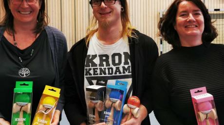 Sven Vehma brachte zur Freude von Rektorin Melanie Prager (links) und Marion Schöning-Clerc das Spiel Kendama an die Grundschule.