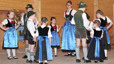 Die Meringer Trachtenjugend zeigte den Besuchern noch vor der Ansprache Florian Mayers drei Tänze.