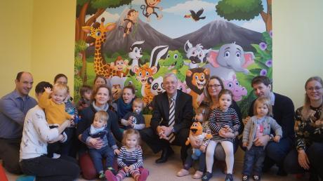 Eltern, Kinder und Betreuer versammelten sich für das fröhliche Gruppenbild mit den Besuchern der Gemeindeverwaltung. Dritte von rechts Mandy Pohle, zweite von links Stefanie Weiser .