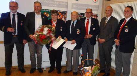 Glückwünsche an die Kissinger BRK-Gemeinschaft: (von links) Winfried Liebert, Robert Erdin, Martha Baylacher, Leopold Cihlar, Herbert Cihlar, Reinhard Gürtner und Willi Zwergel.