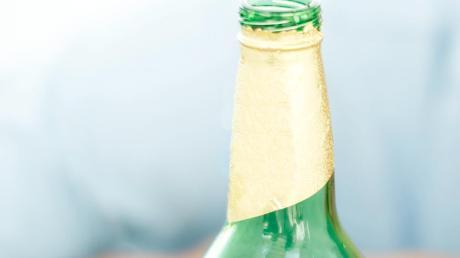 Eine Flasche warf ein Unbekannter am Donnerstag gegen die Windschutzscheibe eines geparkten Autos in Friederg. (Symbolfoto)