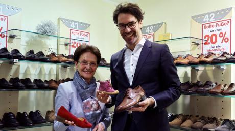 """Zwei Traditionsunternehmen verbinden sich: Barbara Kratzer übergibt ihr Schuhhaus an Ronny Egger, den Leiter der Hessing Maßarbeit für Orthopädie. Wiedereröffnung unter dem Namen """"Kratzer & Hessing"""" ist am 4. März.  Fotos: Sabine Roth"""
