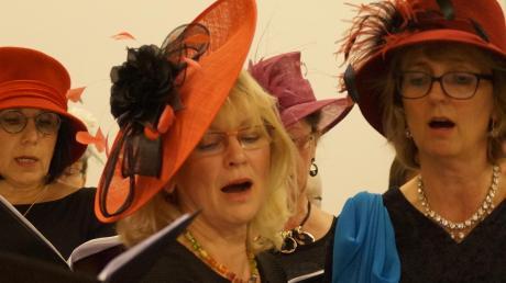 Als moderner Chor singt der Liederkranz im Rahmen eines Konzerts mit Hutmodenschau auch mal mit kecker Kopfbedeckung.