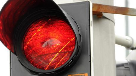 Von der roten Ampel am Chippenham-Ring ließ sich ein Autofahrer nicht aufhalten.