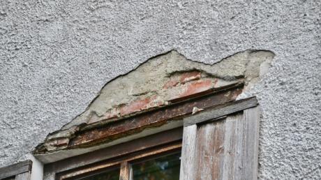 """Deutliche Schäden am Putz zeigt das """"alte Kloster""""."""