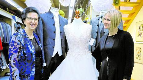 Stellten die mögliche Ausstattung des Brautpaares bei der Hochzeitsmesse im Modehaus Hintermair vor: Barbara Hintermair (links) und Mika Bruhn von Melanie Brautmoden.