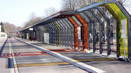 120 Bushaltestellen gibt es im Stadtgebiet Friedberg, eine der moderneren ist die am Bahnhof mit ihren gläsernen Schutzwänden.