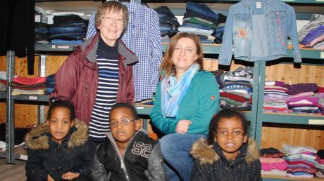 Heide Pruss (rechts) und Kariene Eikelmann freuen sich mit Rabia, Rhiyami und Yna über die vielen Schätze in der kleinen Klamottenkiste.