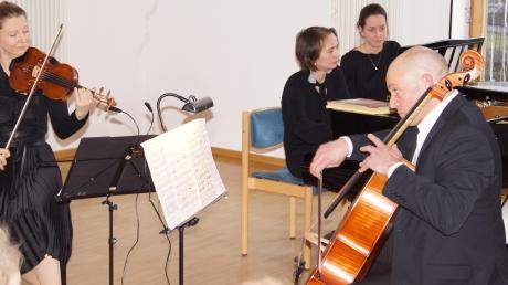 Das Trio Animando trat auf mit Christina Gebhardt (Violine links), Stephanie Knauer (Klavier, 2. von links) und Johannes Kübel (rechts), als Notenwenderin fungierte Susanne Röll (2. von rechts).