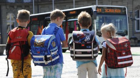 Sind Kinder in den Bussen zur Schule sicher unterwegs? Eltern aus Friedberg-Rederzhausen stellen das nun infrage.