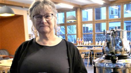 Christine Schmitz leitet das Café Divano im Friedberger Pfarrzentrum. Das Publikum ist bunt gemischt.