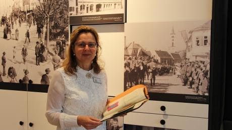 Margit Möding bringt auch persönliche Geschichten ihrer Mutter und Großmutter in die Themenführung zum Weltfrauentag im Wittelsbacher Schloss ein.