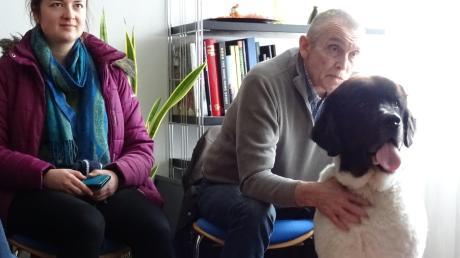 """Konkrete Tipps gab es in mehreren Workshops, wie hier mit einem Therapiehund aus dem Workshop """"Tiergestützte Therapie""""."""