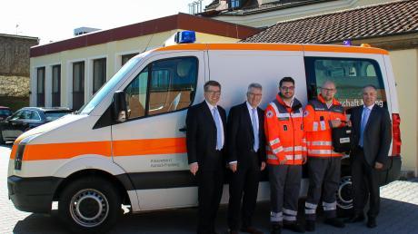 Jürgen Aumiller, Anton Weber, Marco Petri, Daniel Stöckl und Hubert Sturm bei der Übergabe des Defibrillators.