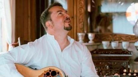 Reinhard Schelzig, Gitarrenlehrer aus Mering, unterrichtet per Interface von zuhause aus.   Foto: Wertvoll Fotografie