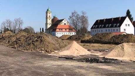 Am Volksfestplatz in Friedberg laufen die Arbeiten für die neue Vinzenz-Pallotti-Schule an. Herrgottsruh wacht über die Baustelle.