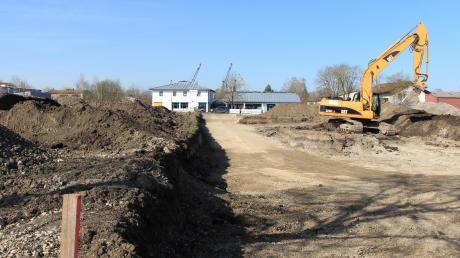 An der B2 in Kissing gegenüber der RAN-Tankstelle wird schon seit längerer Zeit gearbeitet. Fünf Investoren planen dort Projekte. Zurzeit untersuchen aber noch Archäologen den Untergrund.