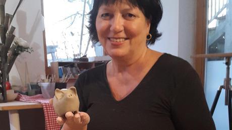 Karin Fleischner töpfert Glücksschweine.
