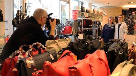 Der Werbefotograf Eckhart Matthäus rückt die Verkäuferinnen Beate Frey und Ariane Hupfer bei Koffer Kopf in Friedberg ins rechte Licht.