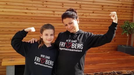 Melanie Friedrich und ihre Tochter Lina sind stolz, Friedberger zu sein. Um dies zu zeigen, tragen sie beide den neuen Friedberg-Pulli.