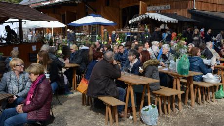 """Normalerweise ist  """"Lebensraum Garten"""" auf Gut Mergenthau ein Besuchermagnet. Die Ausstellung sollte Anfang Mai stattfinden und ist nun gestrichen. Unser Archivbild zeigt den gut gefüllten Biergarten."""