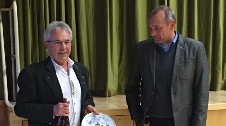 Arnold Schäffler (links) saß seit 1996 im Gemeinderat. Nun geht seine Zeit in dem Gremium zu Ende. Neben ihm Bürgermeister Josef Wecker.