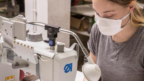 Bis zu 1500 Stoffmasken haben die Näherinnen und Näher bei Segmüller jeden Tag produziert.