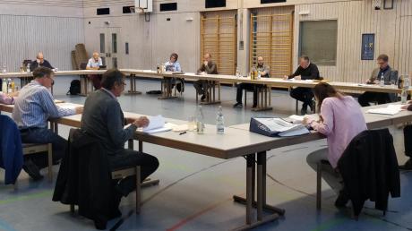 Wegen der Corona-Krise zog der Merchinger Gemeinderat kurzerhand in die Mehrzweckhalle um.