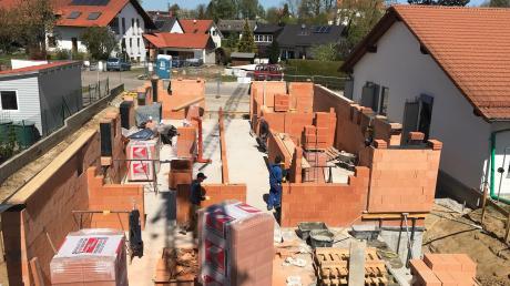 Der Anbau an den Kindergarten in Baindlkirch hat trotz der derzeitigen Umstände begonnen.