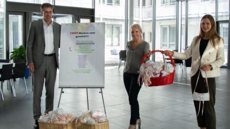 1000 Schutzmasken für die Altenhilfe haben Mitarbeiter der Forum Media Group auf Initiative von Waltraud Schmid (Mitte) für die Altenhilfe der Caritas genäht.