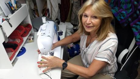 Wenn sie nicht in der Arbeit ist, findet man die Friedbergerin Regina Resler zurzeit viel zu Hause in ihrer Nähwerkstatt. Hier näht sie Behelfsmasken aus Baumwolle.