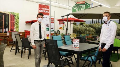 Einkaufen unter strikten Hygieneverordnungen ist nun im Möbelhaus Segmüller wieder möglich: Simon Schmittner und Simon Wörle von der Abteilung Gartenmöbel sind voller Tatendrang.
