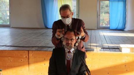 Andreas Wiesner bekommt als neuer Dasinger Bürgermeister die Bürgermeister-Kette von Erich Nagl überreicht.