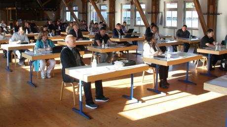 Die erste Sitzung des neuen Gemeinderates in Dasing in Zeiten von Corona fand mit ausreichend Sicherheitsabstand statt.