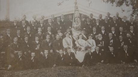 Lange ist die Geschichte des Merchinger Burschenvereins, der an diesem Wochenende eigentlich sein 110-jähriges Bestehen feiern wollte. Das Foto stammt von der Fahnenweihe im Jahr 1912.