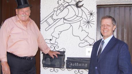 Stilecht mit Zylinder: Der ehemalige Bezirkskaminkehrermeister Werner Böck (links) mit Bürgermeister Helmut Luichtl an seinem 80. Geburtstag.