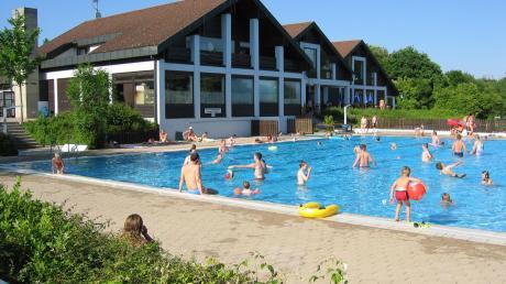 Das Dasinger Freibad ist im Sommer immer gut besucht. In der aktuellen Ausnahmesituation ist es allerdings noch fraglich, wie der Betrieb laufen könnte.