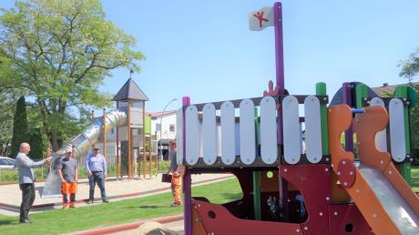 Spielschiff und Rutschturm wurden am Spielplatz bei der evangelischen Kirche wieder auf Vordermann gebracht.