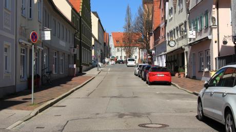 """Als """"Rübenacker vor dem Herrn"""" bezeichnete Bürgermeister Roland Eichmann die Friedberger Bahnhofstraße. Der umbau soll 2021 starten."""