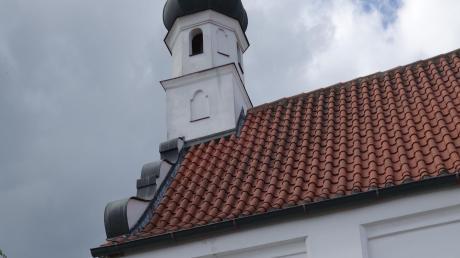 Ein langer senkrechter Riss im Außenputz von St. Peter lässt auf marode Balken im Dachstuhl schließen.