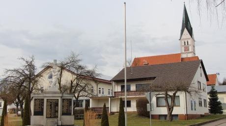 Ein neuer Ausschuss soll sich mit Fragen der Entwicklung von Dasing – hier der Ortskern mit Kriegerdenkmal, Kirche und Gemeindehof – beschäftigen.