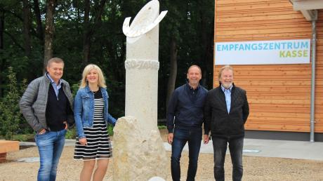 Die neue Sonnenuhr vor dem Wittelsbacher Schloss: (von links) Thomas Treffler und Birgit Schlatterer (Kinder von Thomas Treffler) sowie die beiden Bildhauer Martin und Franz Seidl.