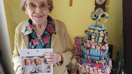 Ilse Anderhofstadt aus Merching freut sich über Geschenke und Glückwünsche ihrer Kinder, Enkel und Urenkel.