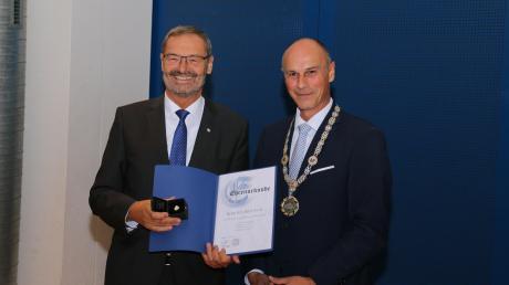 Reinhard Gürtner (rechts), der amtierende Bürgermeister von Kissing, trug die Amtskette unter anderem im vergangenen Jahr bei der Ehrung von Manfred Wolf zum Altbürgermeister.