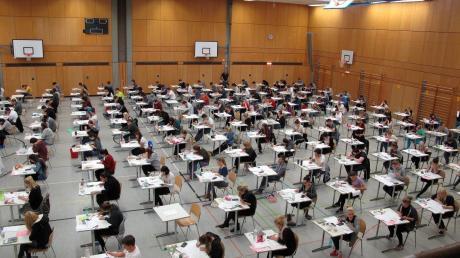 So sieht es normal beim Abitur an der FOS aus. Heuer sind die Abstände deutlich größer.