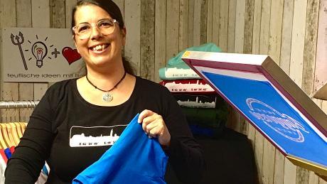 Beatrix Engeln hat ein neues Motiv für  Kleidungsstücke designt. Da die Friedbergerin eine Vorliebe für Wasser hat, bedruckt sie Shirts, Pullis und mehr mit dem  Schriftzug.