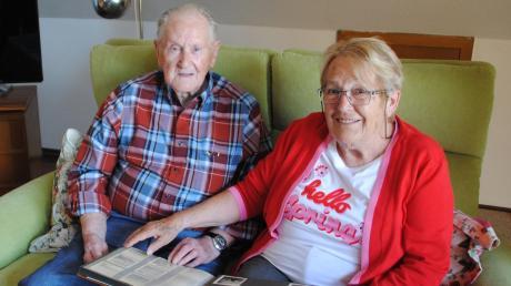 Herbert Gruhl betrachtet mit seiner Nichte Helga Schelle Bilder aus seiner Kindheit in Bremerhaven. Am Sonntag feiert er den 100. Geburtstag.