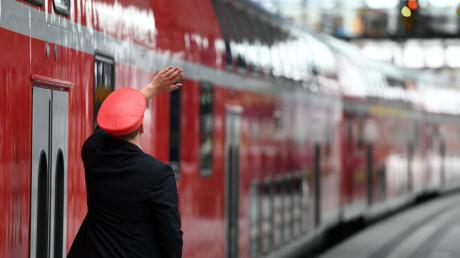 Zugbegleiter werden immer wieder Opfer von Attacken. Daher lernen sie in ihrer Ausbildung unter anderem, auf Konflikte zu reagieren.