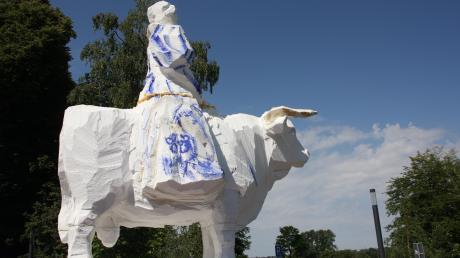 Die Frau auf dem Stier, geschaffen von Wolfgang Auer, die über dem Parkplatz an der B300 wacht, ist an das Motiv der Europa angelehnt.