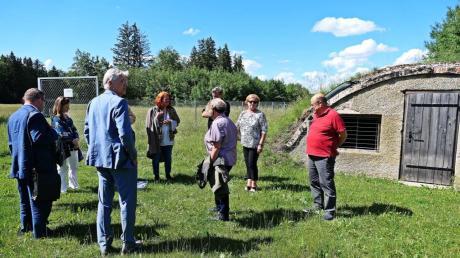 Mit großem Interesse nahm Michaela Engelmeier (2. von links) an der Führung im KZ-Außenlager durch Manfred Deiler, Präsident der Holocaustgedenkstätte Stiftung in Landsberg, teil.